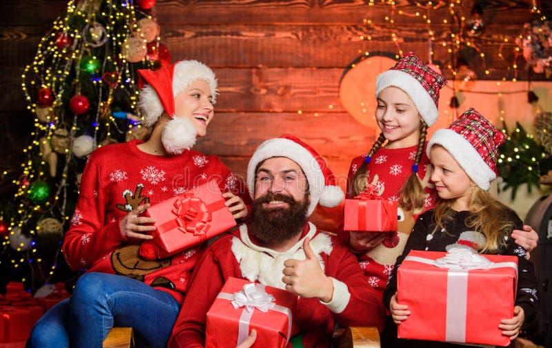 tradição natalícia Gaste tempo com sua família Pais e crianças abrindo presentes de natal Boxing Day Pai fotografia de stock