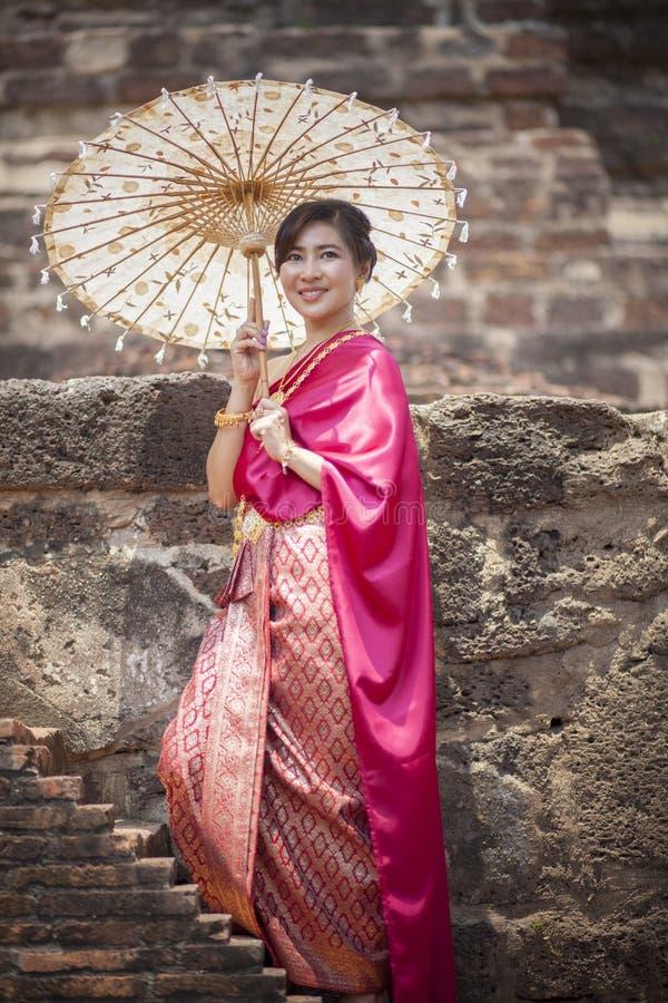 A tradição vestindo do período da mulher tailandesa veste o sorriso toothy do estilo imagens de stock royalty free