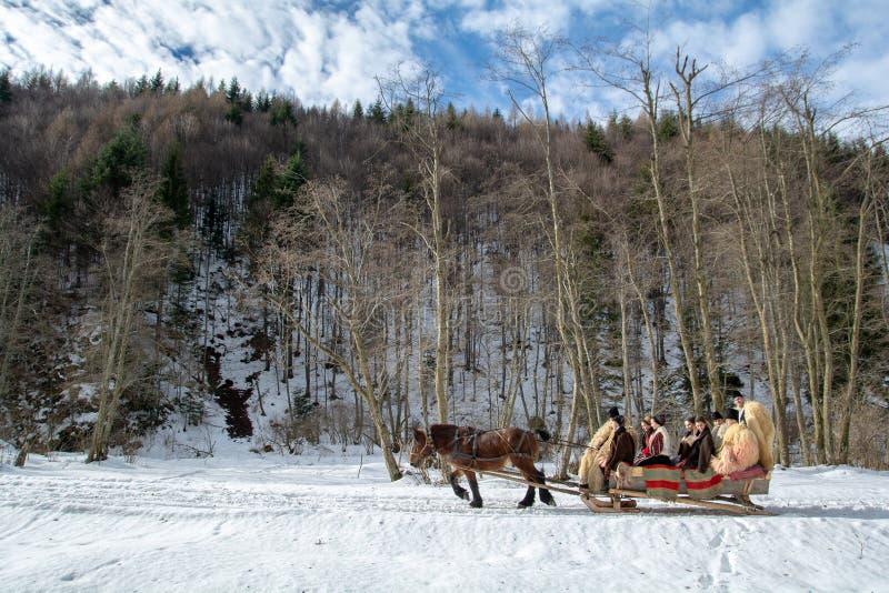 Tradición de invierno de Transilvania con el trineo tradicional imagenes de archivo