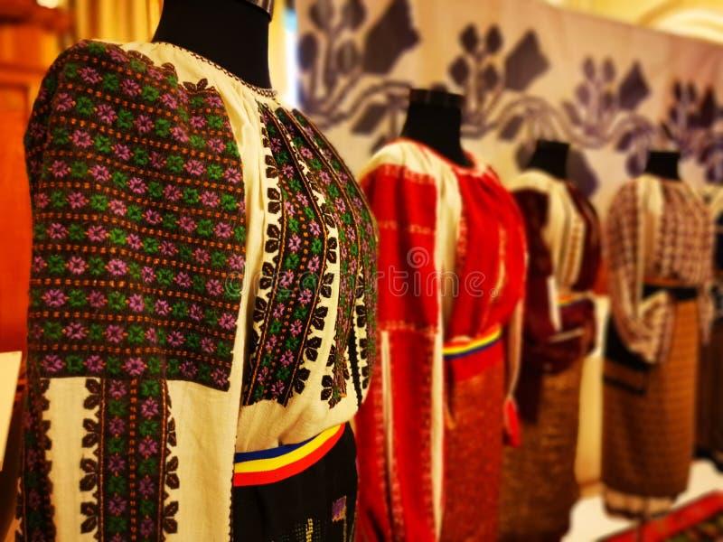 Tradición de trajes folclóricos rumanos para mujeres fotos de archivo libres de regalías