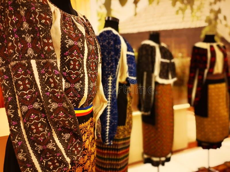 Tradición de trajes folclóricos rumanos para mujeres fotos de archivo