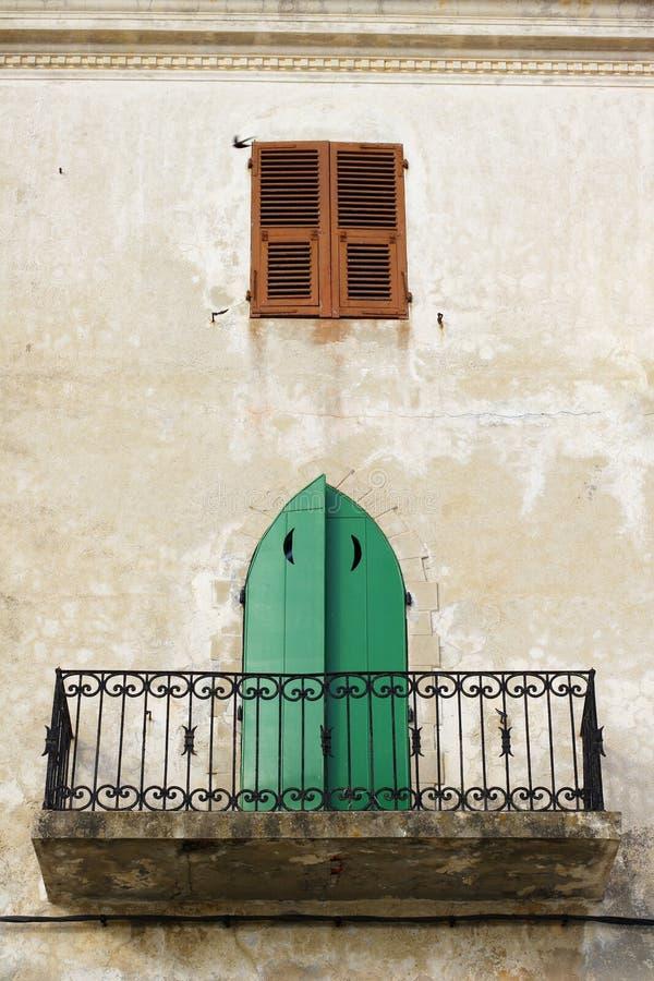 Tradicional, balcón de la casa de ciudad en Calvi Córcega imagen de archivo libre de regalías