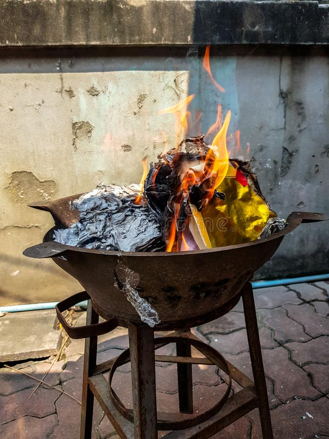Tradicional chinês para queimar os espírito afastado passados do antepassado do papel do dinheiro da prata e do ouro fotografia de stock