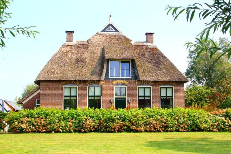 Tradicional cobrir com sapê a casa holandesa do telhado, Giethoorn, Países Baixos fotografia de stock royalty free