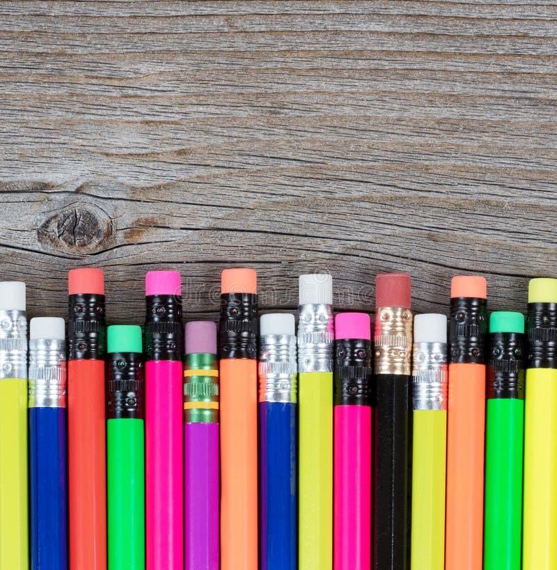 Tradicional de nuevo a escuela dibujaron a lápiz en fondo de madera rústico fotos de archivo