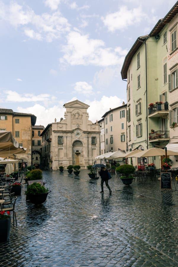 Tradicional plaza medieval italiana y edificios en el centro histórico de la hermosa ciudad de Spoleto, en la región de Umbría, I imagenes de archivo