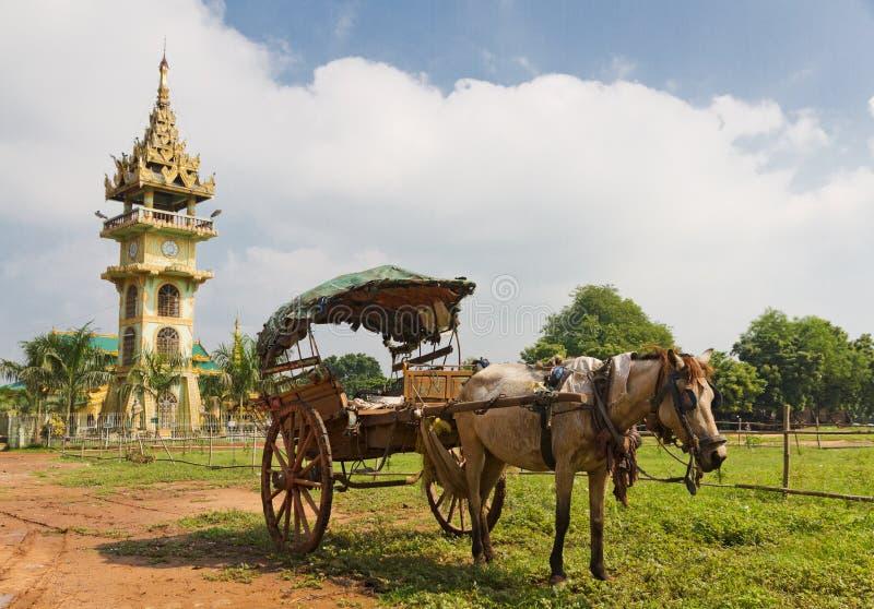 Tradiitional burmese hästvagn med trähjul fotografering för bildbyråer