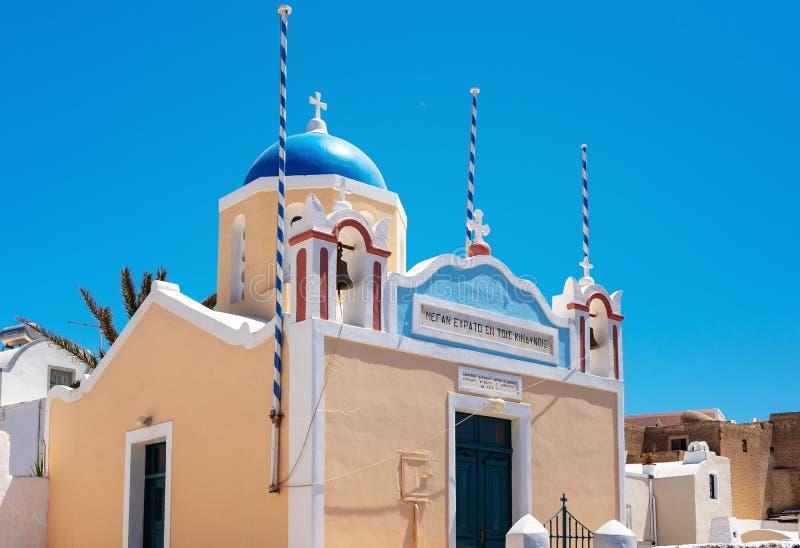 Traditie Griekse kerk in Oia stad, Santorini-eiland, Griekenland stock foto