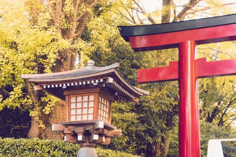 Traditielantaarn van hout in Heiligdomtempel wordt gemaakt Japan dat stock foto's