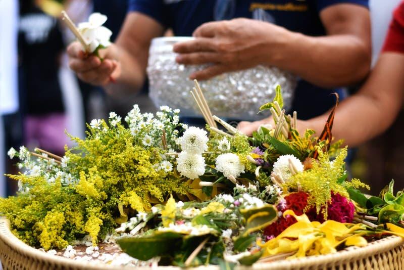 Tradition bouddhiste ou festival Sai Khan Dok de pilier de ville d'Inthakin en Chiang Mai, Thaïlande images libres de droits