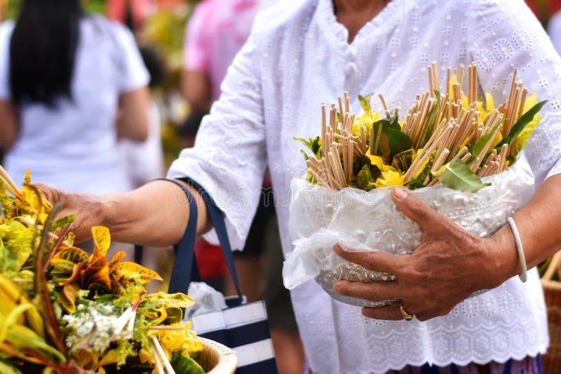 Tradition bouddhiste ou festival Sai Khan Dok de pilier de ville d'Inthakin en Chiang Mai, Thaïlande photos libres de droits