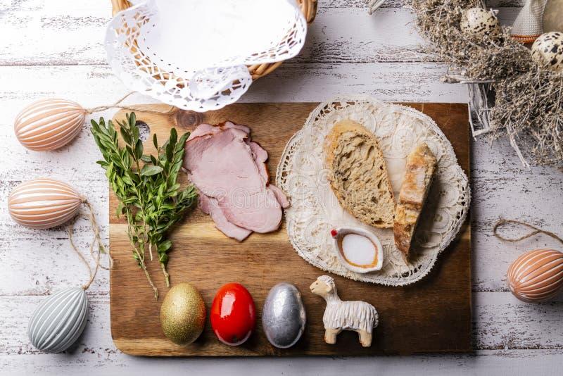Tradition de P?ques Tradition de P?ques, oeufs color?s, agneau photographie stock