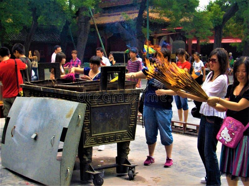 Tradition et rituel chinois, religion, culte et feu à l'intérieur d'un temple image libre de droits