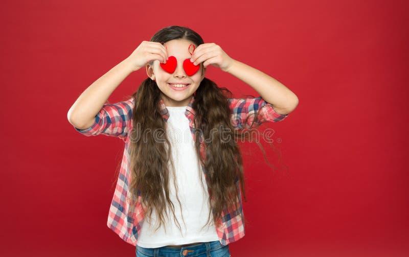 Tradition firar valentindag Ärlig förälskelse var min valentin Familjförälskelse Gulligt barn för flicka med hjärtor Ungeflicka arkivfoton