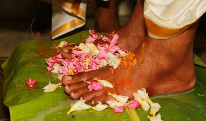 Tradition indoue indienne du sud de mariage, jambes nuptiales avec des fleurs cérémonieuses photo stock