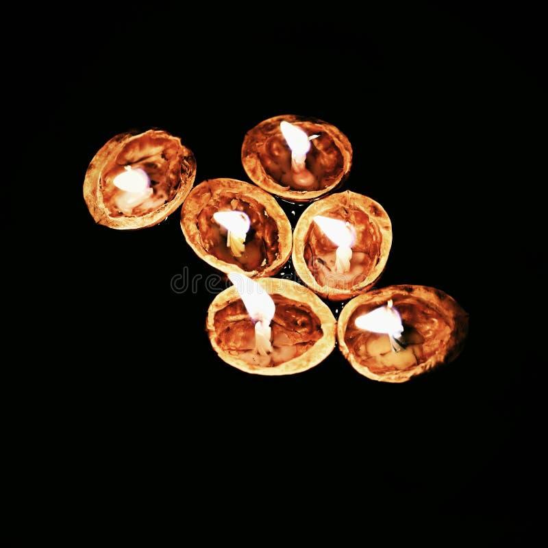 Tradition tchèque de Noël Placement des coquilles des écrous pour arroser avec une bougie images stock