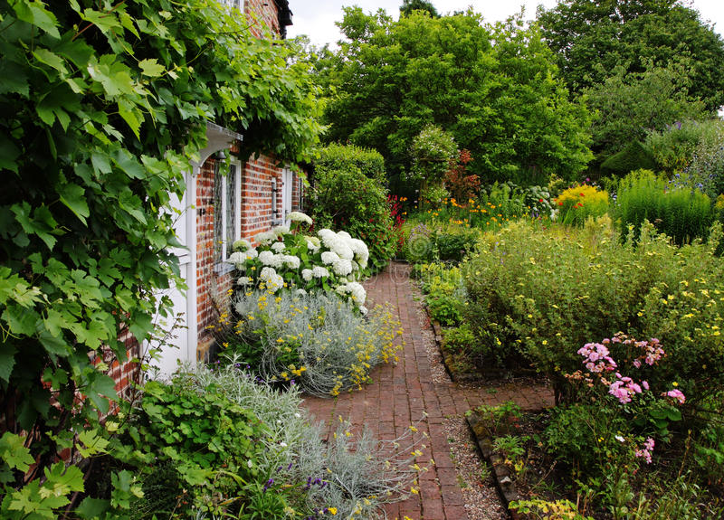 Traditional english village cottage and garden stock image for Cacher vis a vis jardin
