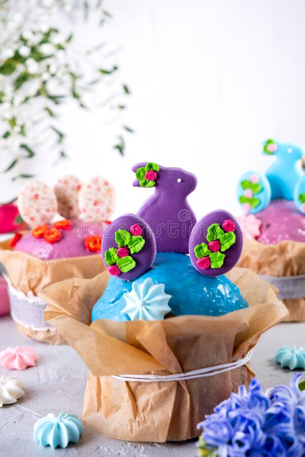 Free Traditional Holiday Easter Cakes Decorated With Lilac Bunnys. Greeting Card On White Royalty Free Stock Photos - 207908998