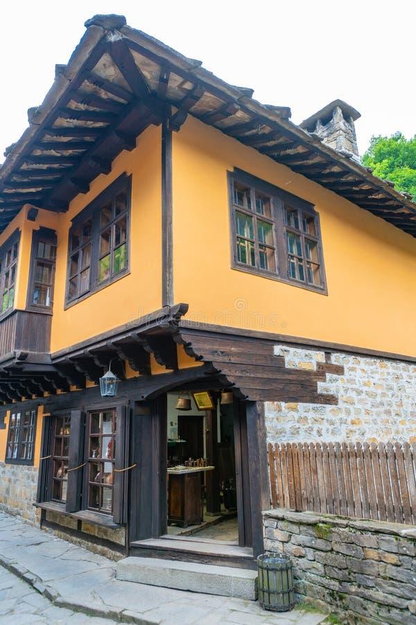 Traditioneel Balkan woningshuis in etnografische complexe 'Etera 'in Bulgarije royalty-vrije stock foto