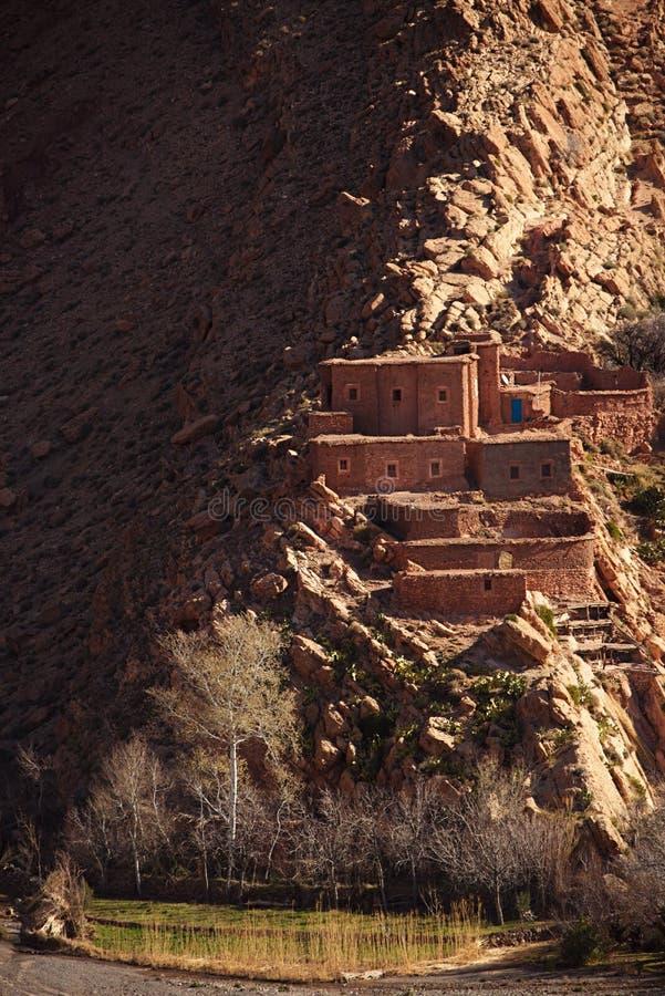 Traditioneel berbersdorp in Hoge Atlasberg stock afbeelding