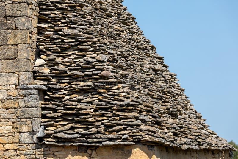 Traditioneel betegeld dak in Dordogne, die terwijl zodra vrij gemeenschappelijk in het gebied zeer zeldzaam wordt Aquitaine, stock afbeelding