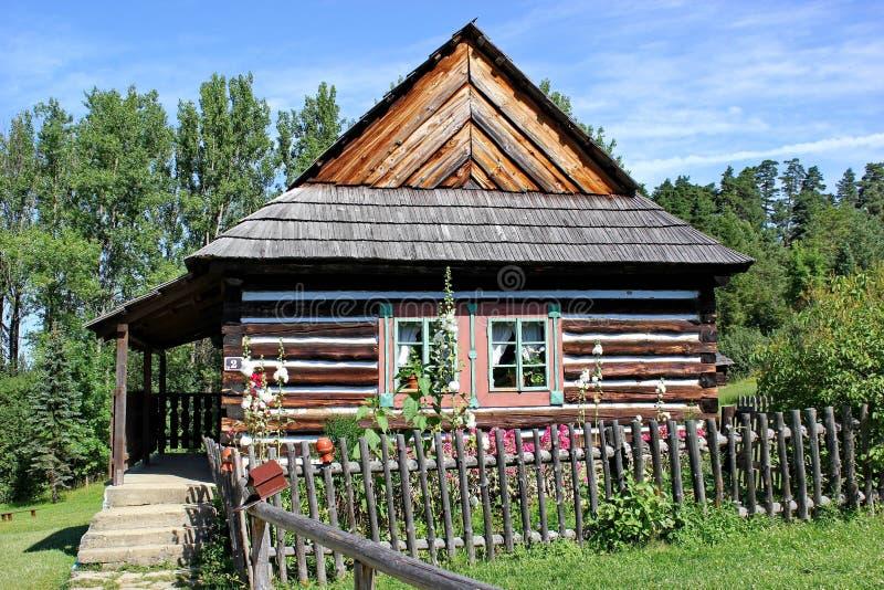 Traditioneel blokhuis van noordoostelijk gebied van Slowakije, openluchtmuseum in Stara Lubovna stock afbeeldingen
