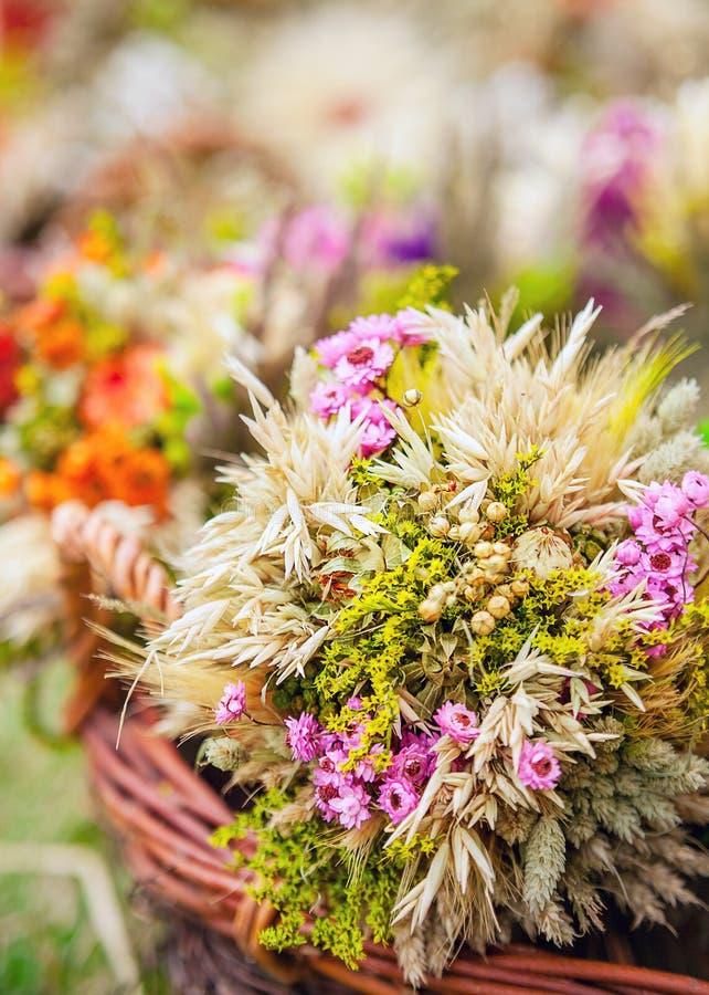 Traditioneel boeket van droge en wilde bloemen stock fotografie