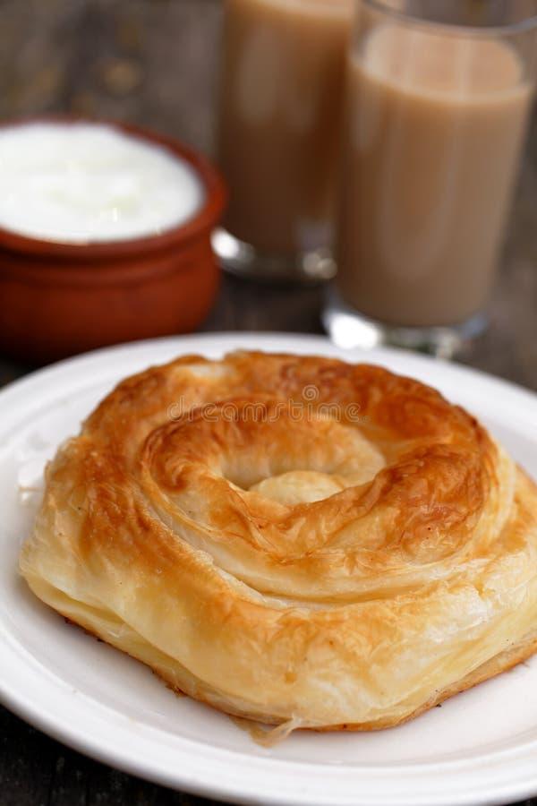 Traditioneel Bulgaars gebakje Banitsa en drankboza stock foto's
