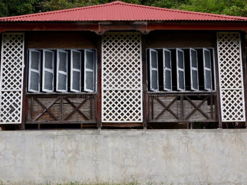 Traditioneel Caraïbisch Architectuurvensters en Dak stock afbeelding