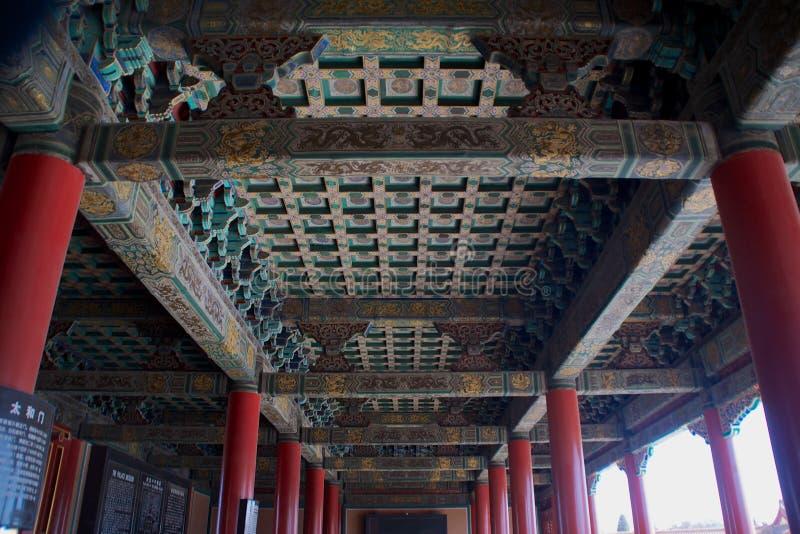 Traditioneel Chinees Versiering en Ontwerp op het Plafond van een Gebouw binnen de Verboden Stad in Peking, China royalty-vrije stock afbeeldingen