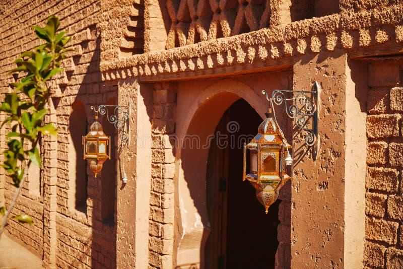 Traditioneel die ingangsportaal aan de bouw van modder in Marokkaanse woestijn wordt gemaakt royalty-vrije stock foto's