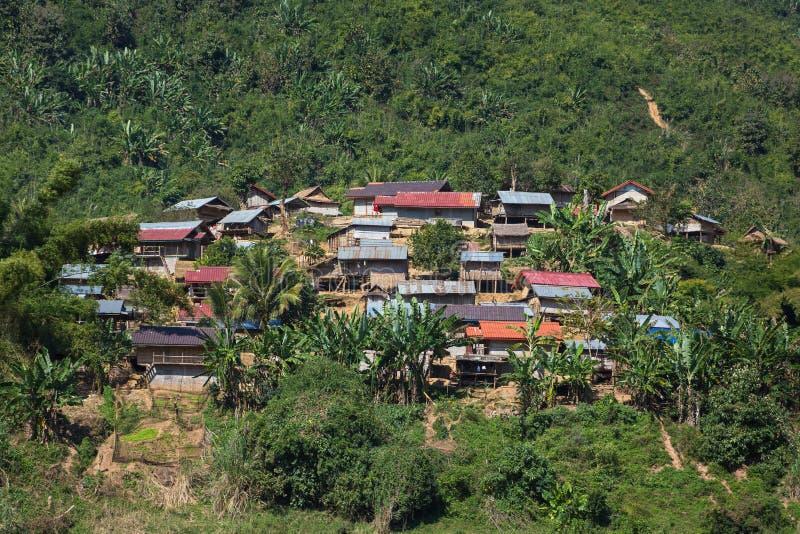 Traditioneel die lao dorpslandschap van de Mekong rivier wordt gezien stock afbeelding