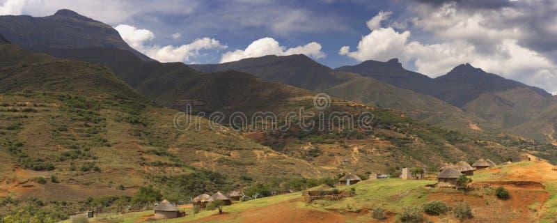 Traditioneel dorp in de bergen van Lesotho stock afbeeldingen