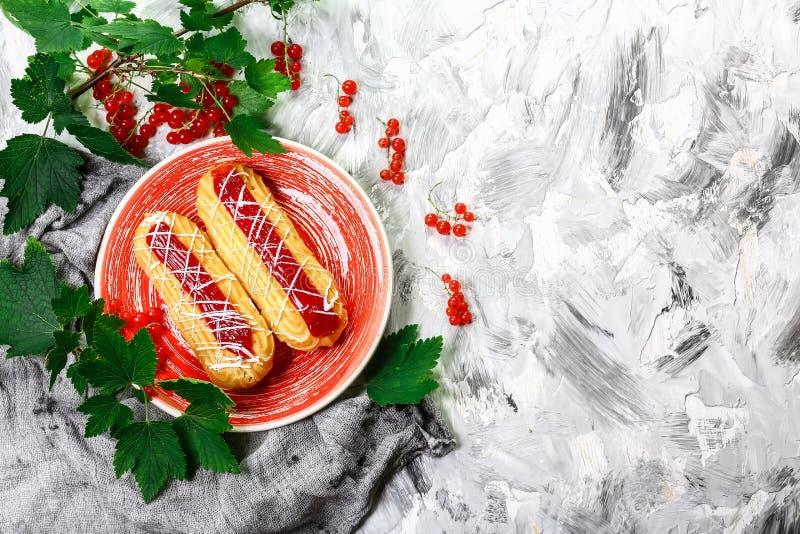 Traditioneel Frans dessert Mooie eclairs met bessen Hoogste mening Ruimte voor tekst stock foto's