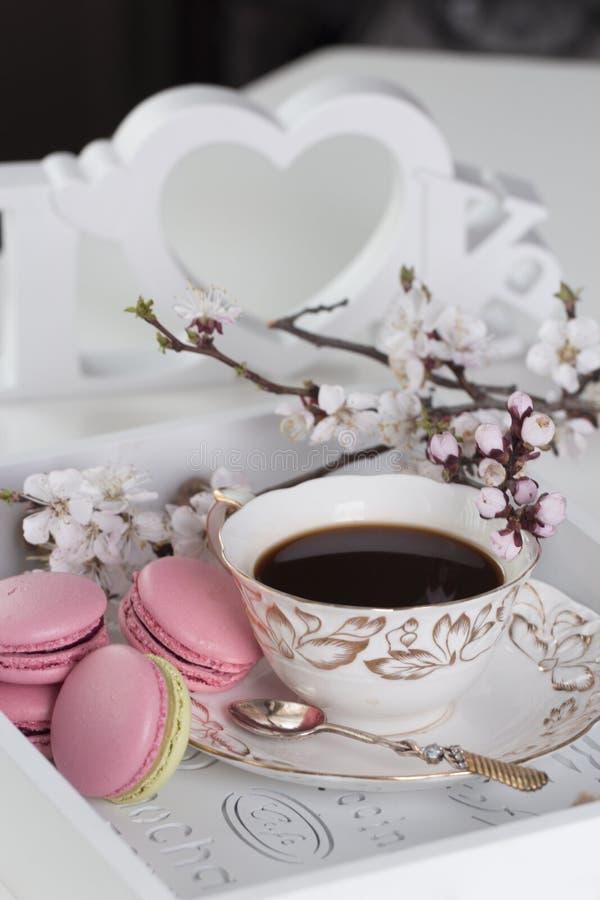 Traditioneel Frans dessert Zoete en kleurrijke makarons met kop van koffie royalty-vrije stock afbeeldingen