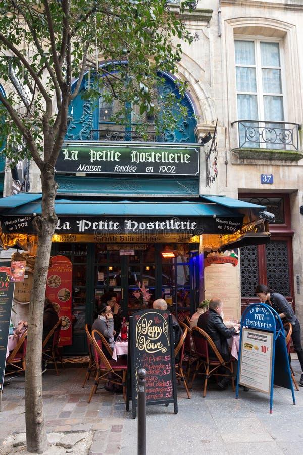 Traditioneel Frans restaurantla Tengere die Hostellerie dichtbij Saint Michelboulevard wordt gevestigd in Parijs, Frankrijk stock foto