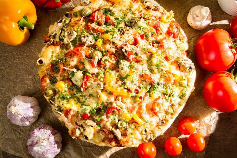 Traditioneel gebakken pizza met verse groenten stock afbeelding