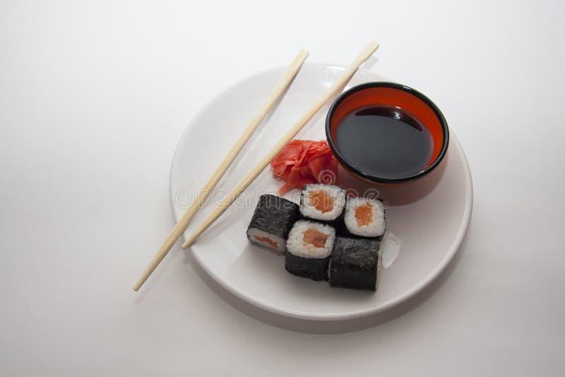 Traditioneel gediende zalmmaki stock fotografie