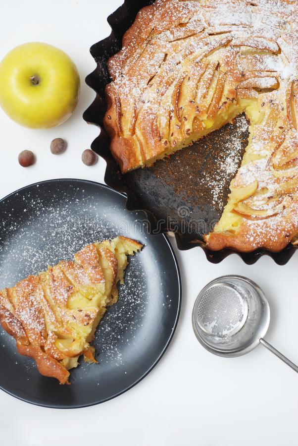 Traditioneel Gesneden Appeltaartclose-up op Witte Achtergrond Appeltaartstuk op Zwart Plaat en Apple-fruit Verticaal beeld stock foto's