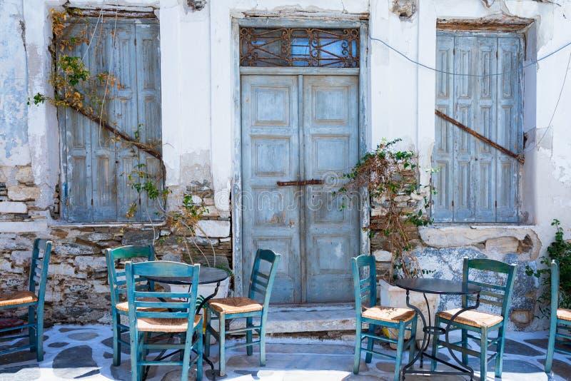 Traditioneel, Grieks, koffietafelstoelen voor een oud, verlaten gebouw stock afbeelding