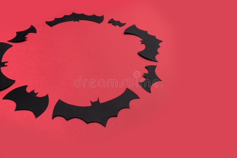 Traditioneel haloween symbolen op rode achtergrond voor embleem stock afbeelding