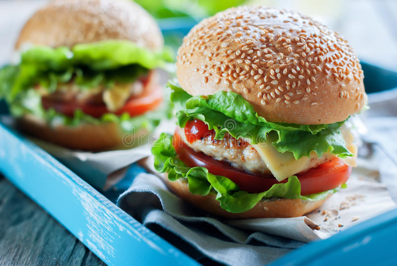 Traditioneel Hamburgers Snel Voedsel Blauw Tray Table stock afbeelding