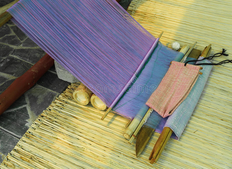 Traditioneel hand-wevend weefgetouw die zijn stock afbeeldingen