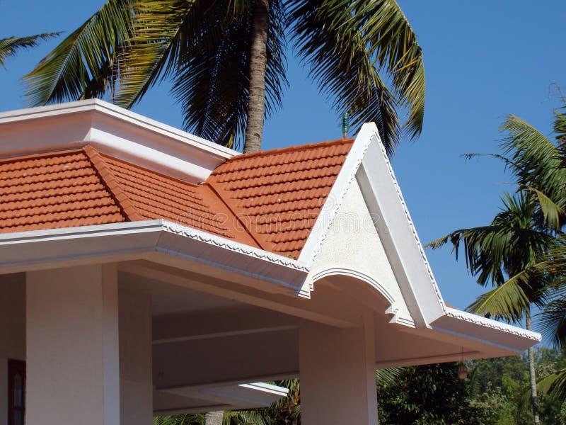 Traditioneel hellend Mangalore betegeld dak stock afbeeldingen