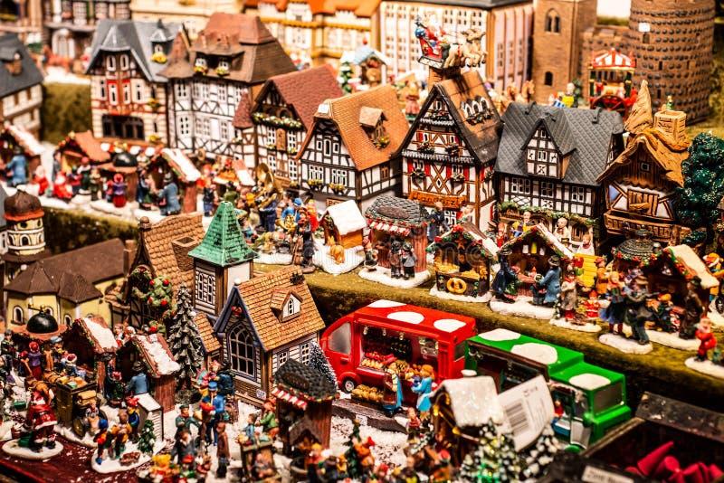 Traditioneel Herinneringen en speelgoed zoals smal modelhuizen bij Europese de Markt Houten Herinnering van de Winterkerstmis stock fotografie