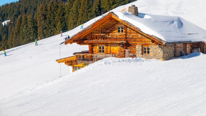 Traditioneel houten alpien chalet op zonnige de winterdag Alpen, Europa stock foto