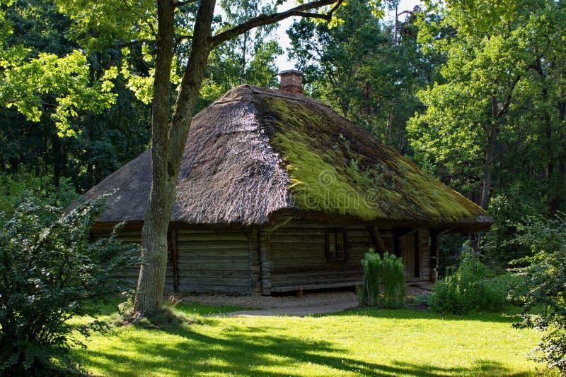 Traditioneel houten Lets huis, openluchtmuseum in Riga stock afbeeldingen