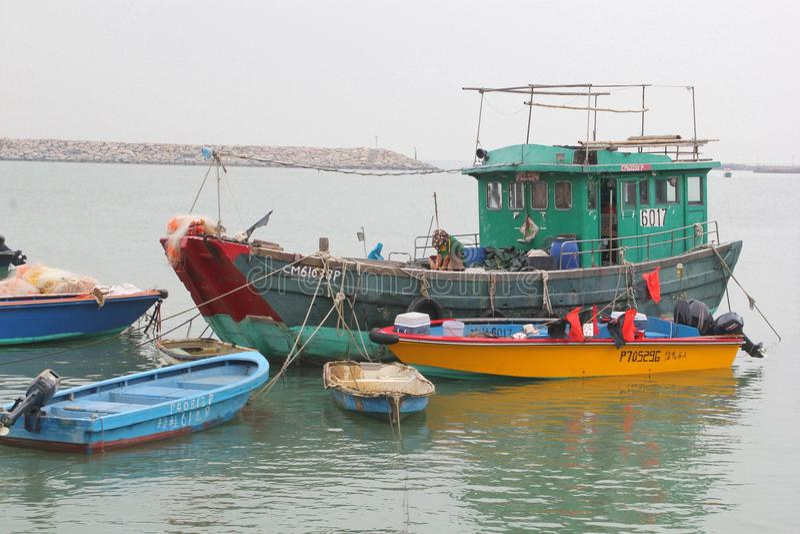 Traditioneel houten vissersvaartuig in het dorp Tai O bij Lantau-Eiland in Hongkong stock afbeelding