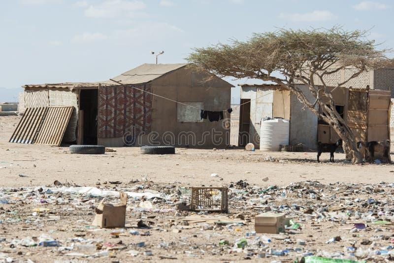 Traditioneel huis in een slechte Afrikaanse stad stock afbeeldingen
