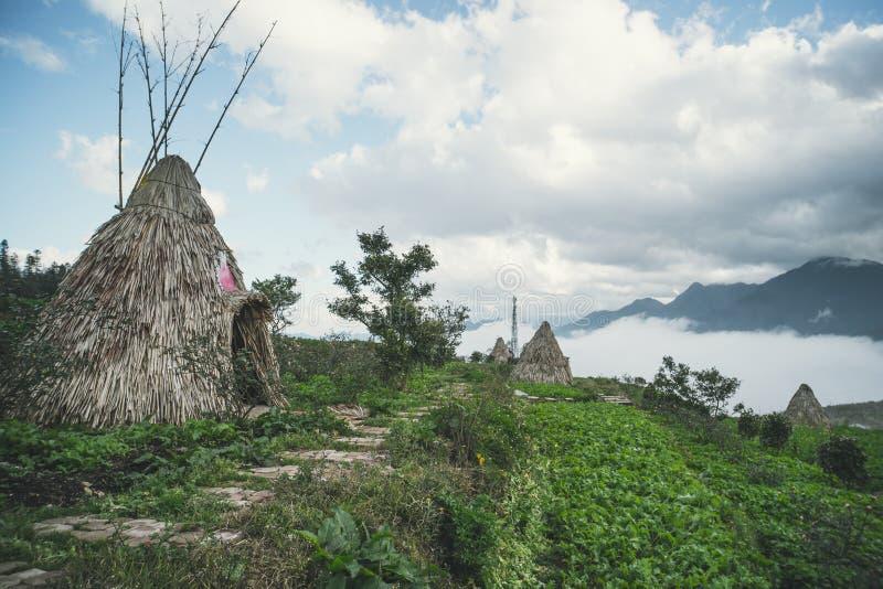 Traditioneel huis van kleine volkeren die van Noord-Vietnam, in de bergen dichtbij de stad van Sapa leven Historische wederopbouw royalty-vrije stock foto's